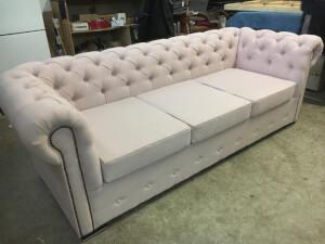Canapea piele ecologică albă model Chesterfield 1