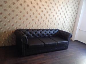 Canapea piele ecologică neagră model Chesterfield